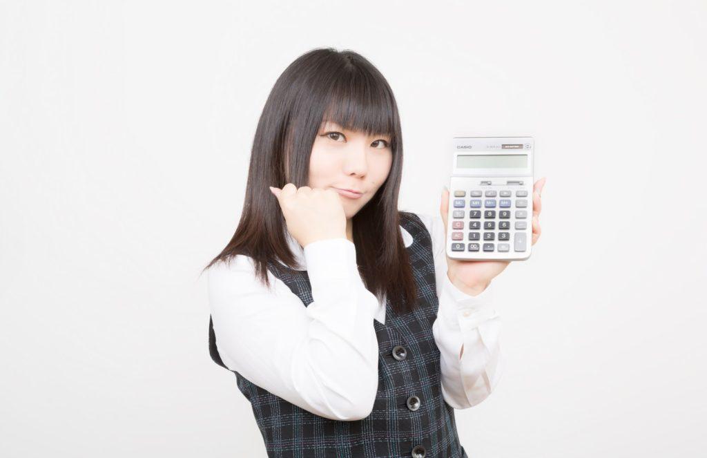 電卓を見せるOL [モデル:Lala*]-by-ぱくたそ