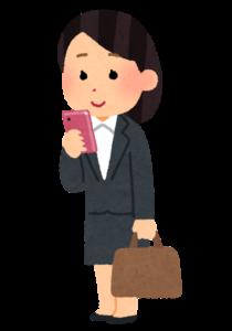立ってスマホを使う人のイラスト(女性会社員)